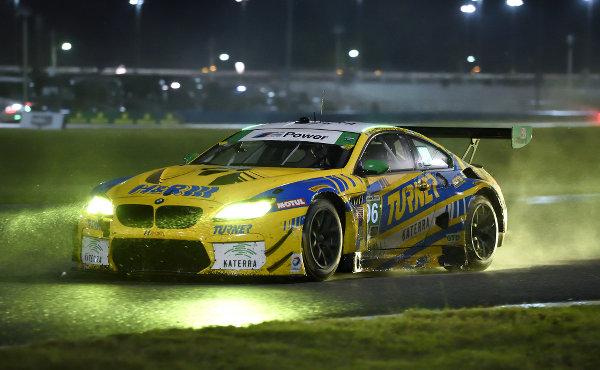 24h-Daytona-2017-Turner-Motorsport-BMW-M6-GT3-Nr-96-bei-Nacht-und-Regen