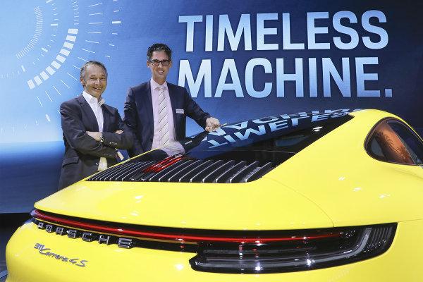 August-Achleitner-und-Dr.-Frank-Steffen-Walliser-am-neuen-Porsche-911