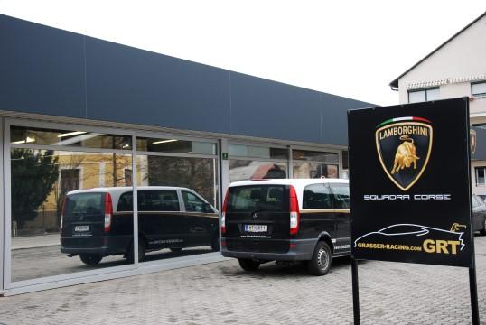 Der Eingang zum Firmengelände des GRT Grasser Racing Teams. (Foto: Jennifer Falkner / Jensationel Motorsport Media)