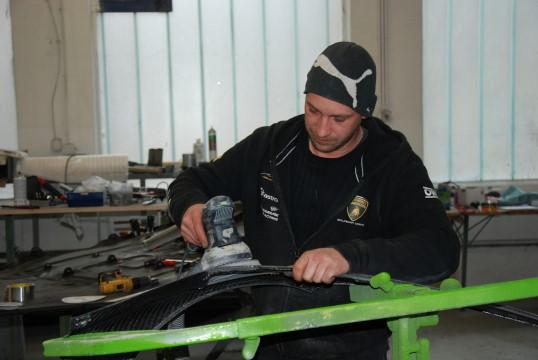 Handgemacht - Zwei bis drei Mitarbeiter bleiben immer Zuhause und kümmern sich um die Aufbereitung der einzelnen Teile. Nur so schafft es das Team, seinen straffen Einsatzplan einzuhalten. (Foto: Jennifer Falkner / Jensationel Motorsport Media)