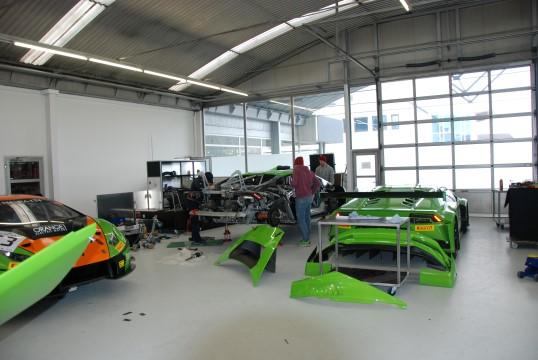 Unkoordiniert und chaotisch: Die Werkstatt sieht noch etwas unstrukturiert aus, nachdem das Team gerade erst vom Testen zurückgekommen ist. (Foto: Jennifer Falkner / Jensationel Motorsport Media)