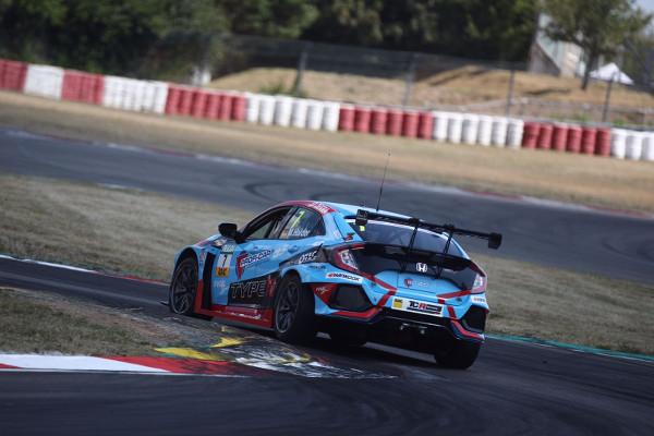 Mike Halder dominant auch im zweiten Training am Nürburgring (Foto: Burkhard Kasan / Racevision)