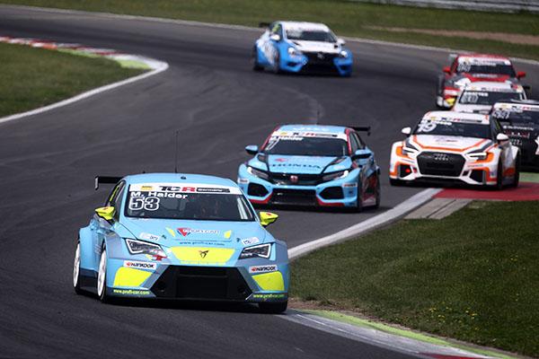 Michelle Halder überholt in letzter Minute Luca Engstler und wird Zweite (Foto: Burkhard Kasan / Racevision)