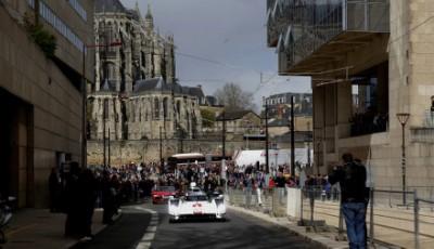 Audi R18 im Stadtverkehr von Le Mans